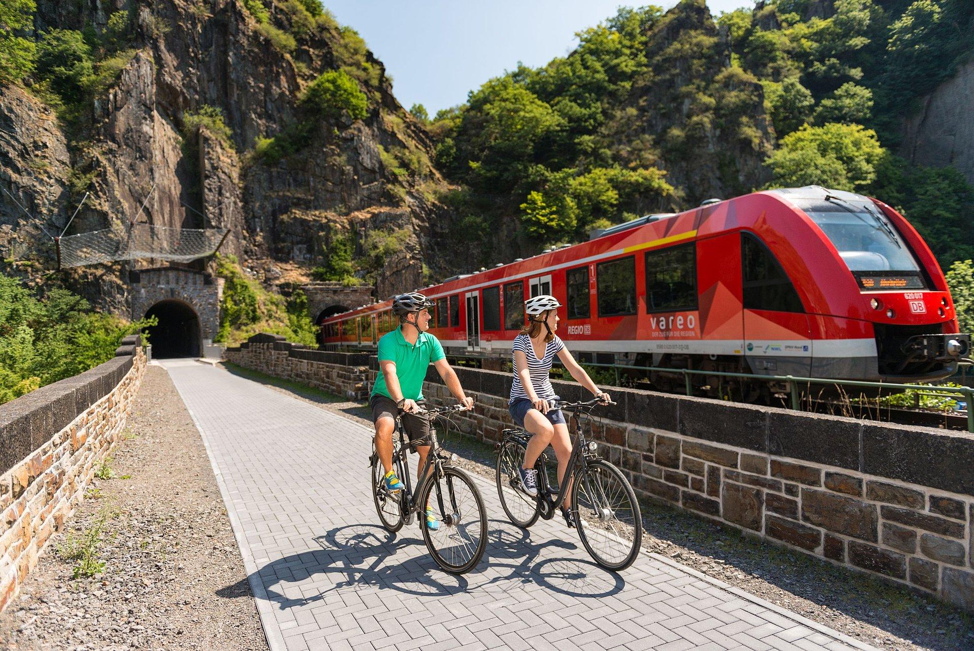 Tour auf dem Ahr-Radweg entlang der Bahngleise bei Altenahr, Ahrtal