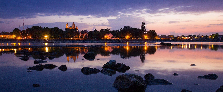 Das malerische Rheinufer in der Abendstimmung; in der Ferne die Stadt Speyer, Pfalz
