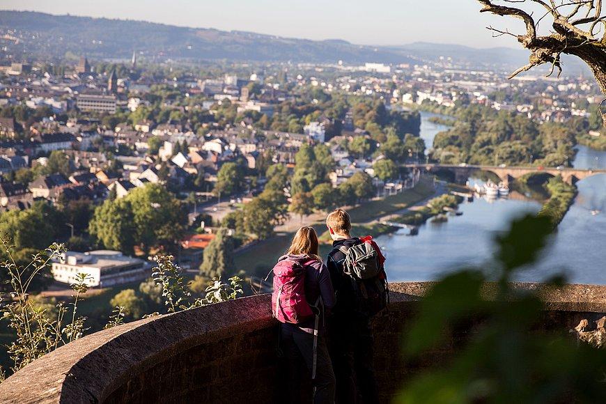 Wanderer genießen Aussicht auf Trier, Mosel-Saar