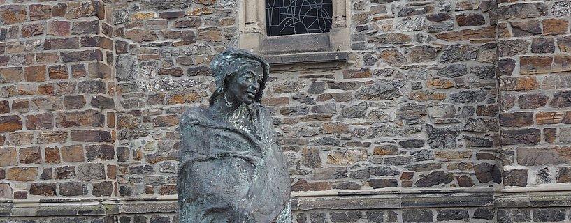 Hildegard von Bingen-Skulptur bei der St. Rupertus und St. Hildegard Kirche in Bingen, Nahe/Rheinhessen
