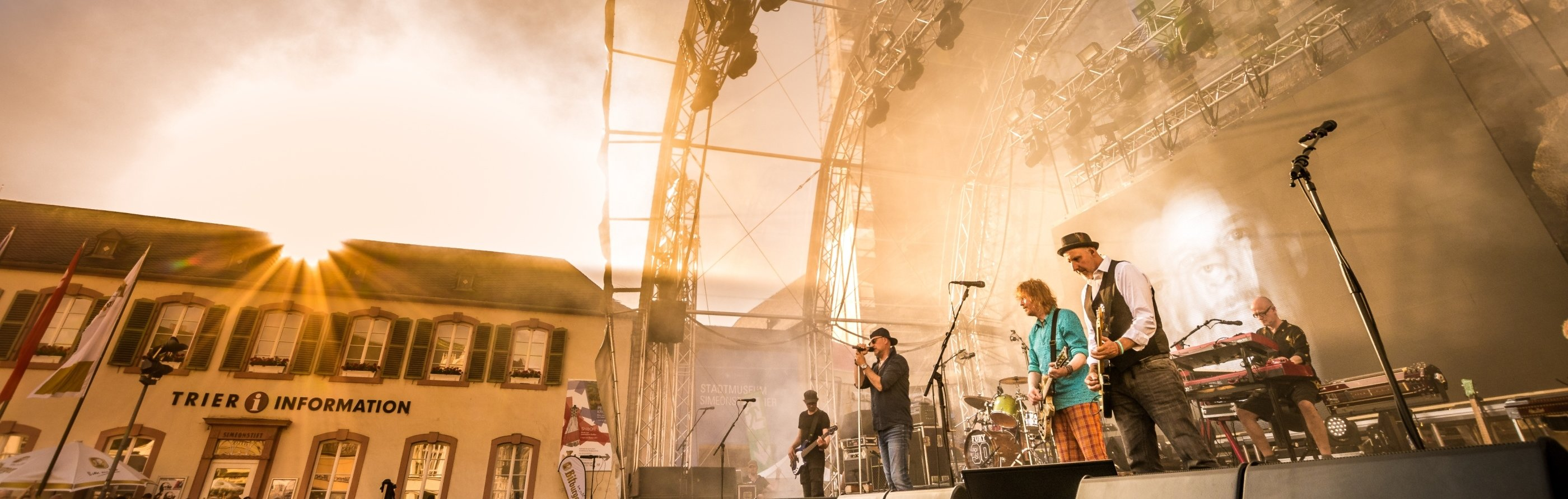 Eine Band spielt auf dem Porta³ Musikfestival in Trier, Römerstadt