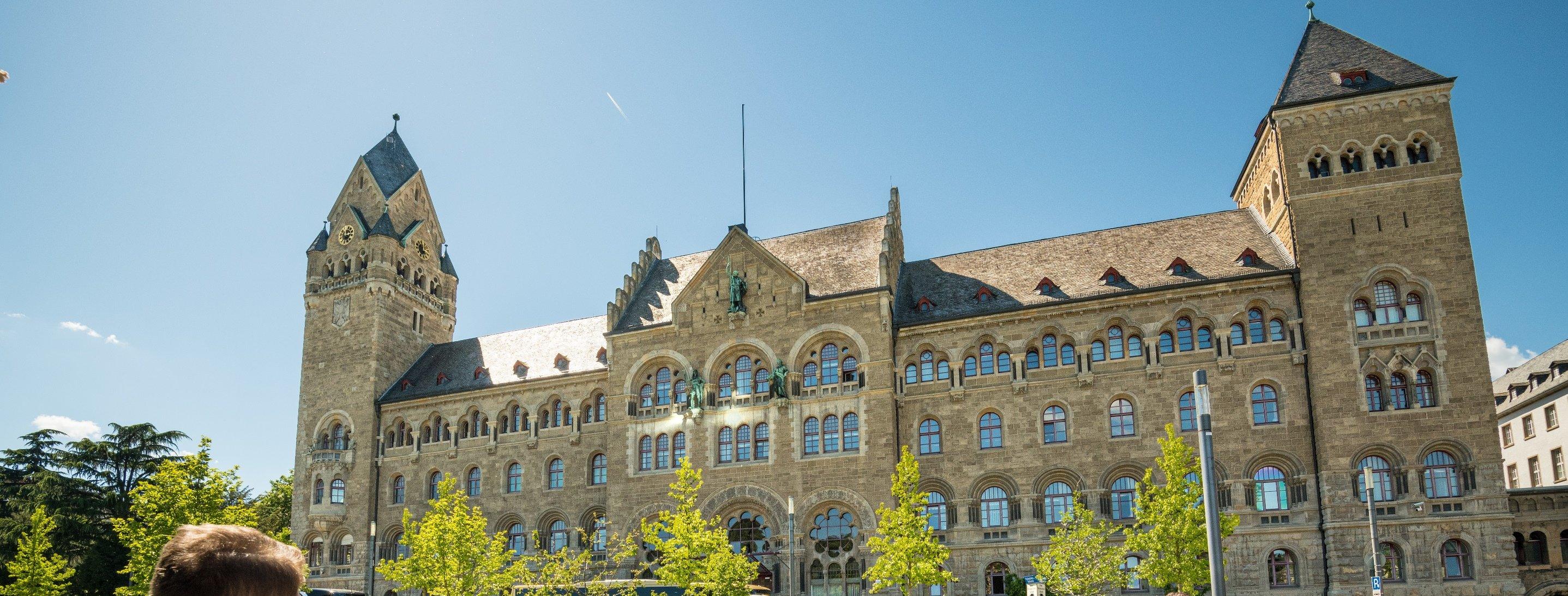 Frontansicht des preußischen Regierungsgebäudes in Koblenz, Romantischer Rhein