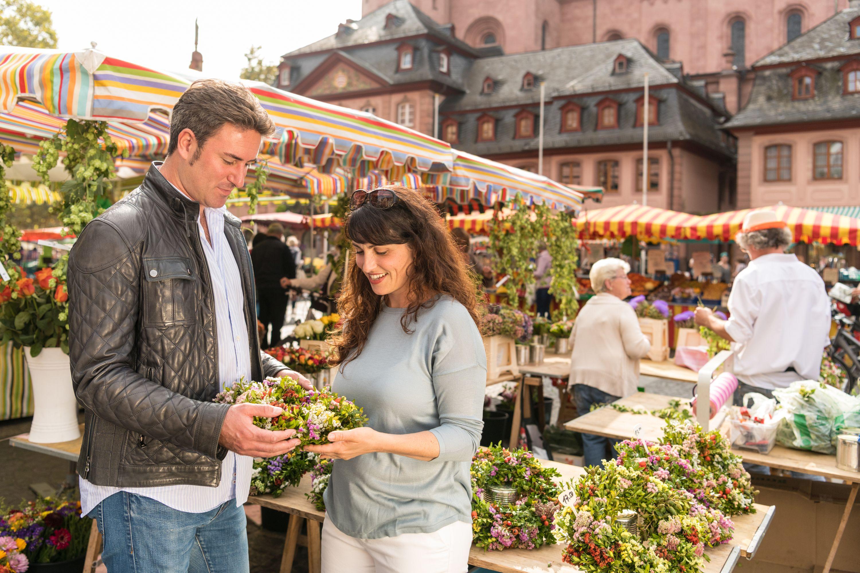 Einkaufsbummel auf dem Mainzer Wochenmarkt beim Mainzer Dom, Rheinhessen