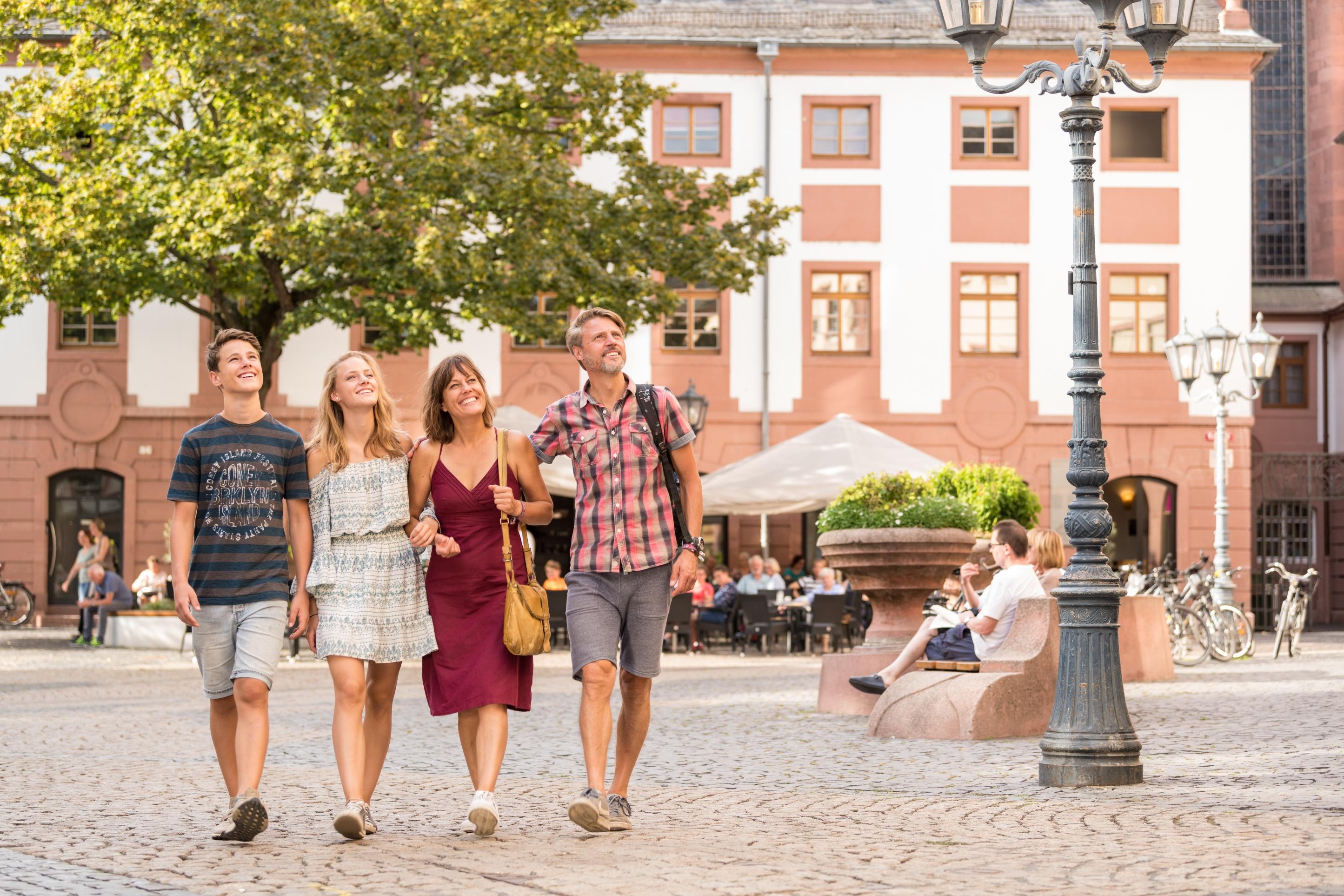 Touristen schlendern durch die Fußgängerzone in Mainz und staunen, Rheinhessen