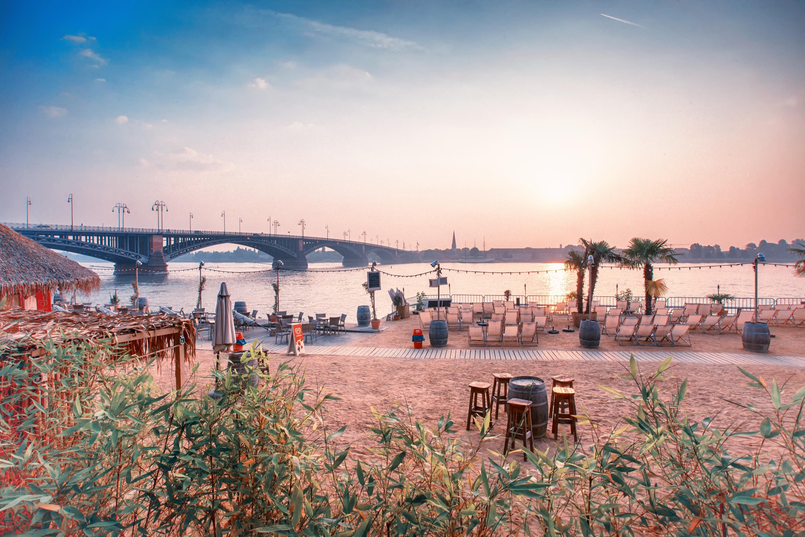 Blick vom Rheinstrand auf die Theodor-Heuss-Brücke in Mainz, Rheinhessen