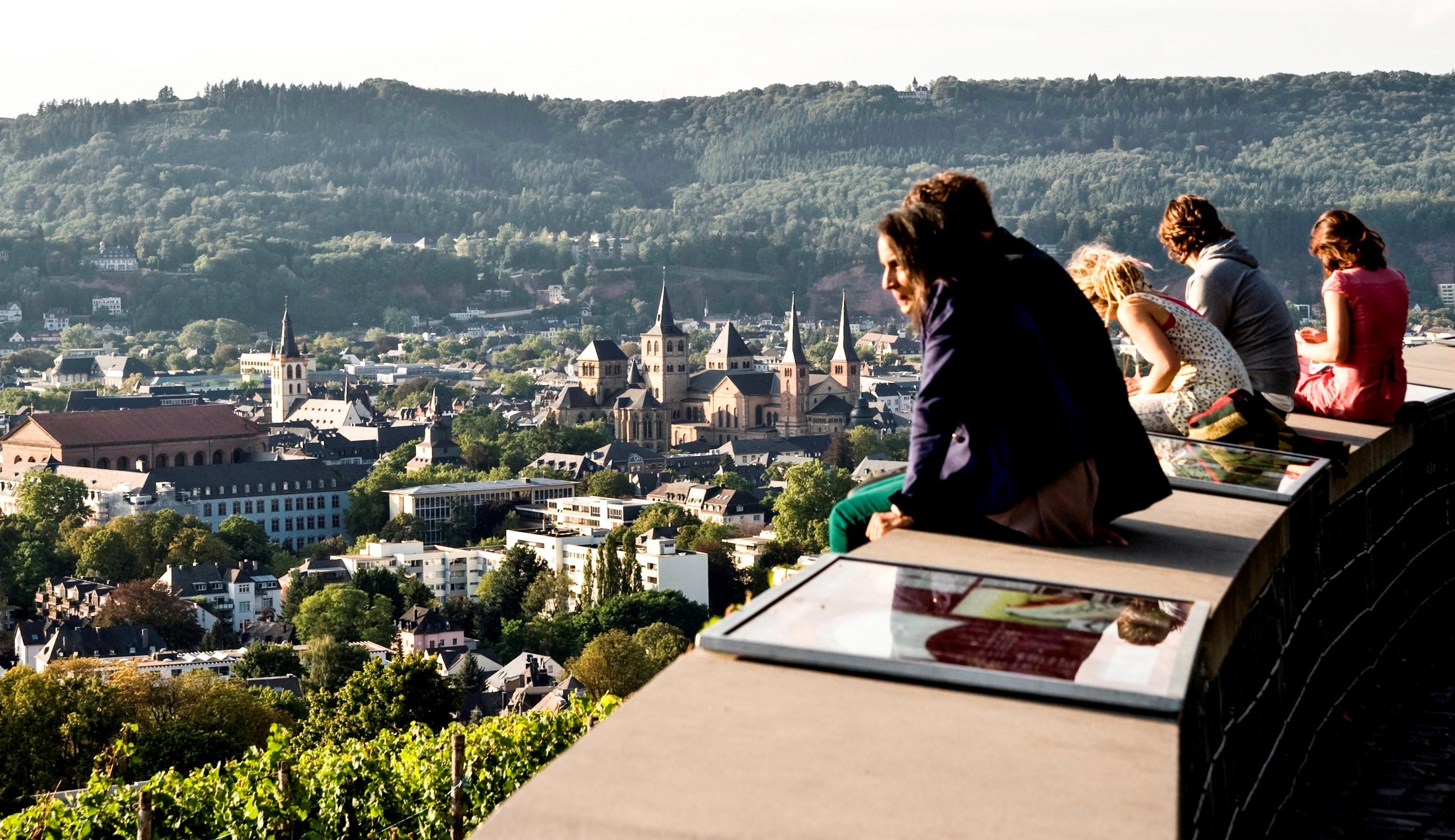 Touristen und Einheimische bewundern die Stadt vom Aussichtspunkt Petrisberg in Trier, Römerstadt