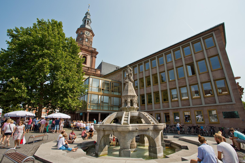 De Siegfriedbrunnen in Worms met marktkramen van wijnboeren, Nibelungenstad