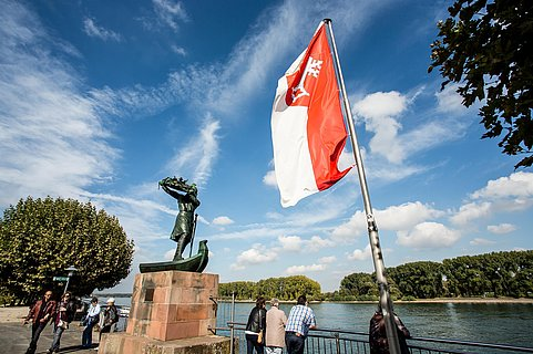 Hagendenkmal mit Flagge